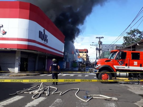 Se registra incendio en dos locales comerciales en el distrito de David