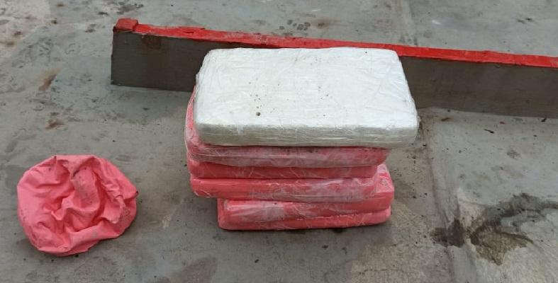 Incautan seis paquetes con droga en un buque mercante