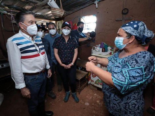 Presidente entrega una casa a una familia y entrega bonos a productores en San Carlos