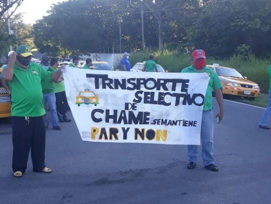 Conductores de taxis protestan por eliminación de restricción de pares y nones