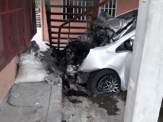 Accidente en Chame, conductora se sale de la vía e impacta una casa