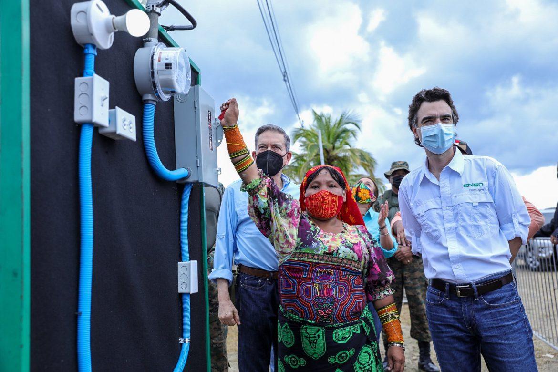 Por primera vez luz eléctrica en Cartí en la comarca Guna Yala