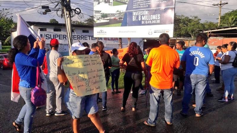 Policía dispersa a manifestantes en la avenida Boyd Roosevelt, Colón