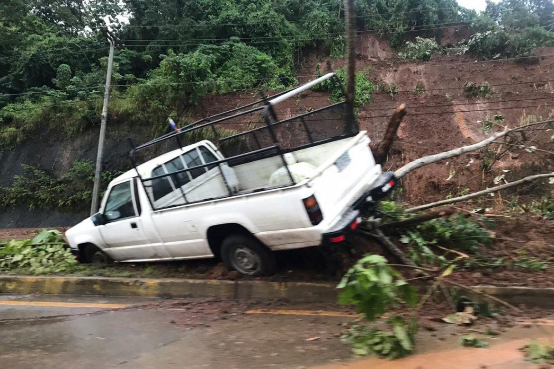 Inundaciones y deslave de tierra en Vía Centenario tras lluvias de este lunes