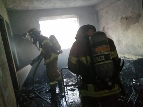 Bomberos extinguen incendio en un edificio en Calidonia