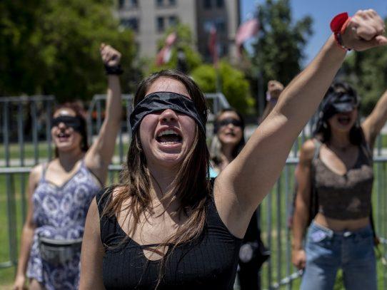 """""""El violador eres tú"""", la performance de feministas chilenas que contagia al mundo"""