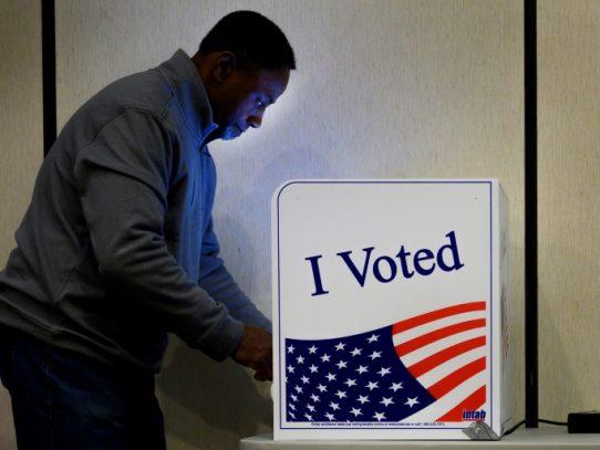 Electores de Carolina del Sur votan en primaria demócrata crucial para Biden