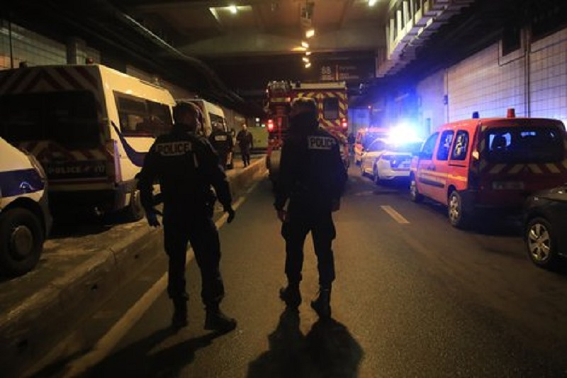 La policía francesa mata a un hombre que amenazó a agentes con un arma blanca cerca de París