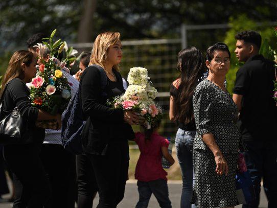 Emotiva despedida en El Salvador a migrante y su hija ahogados en río Bravo