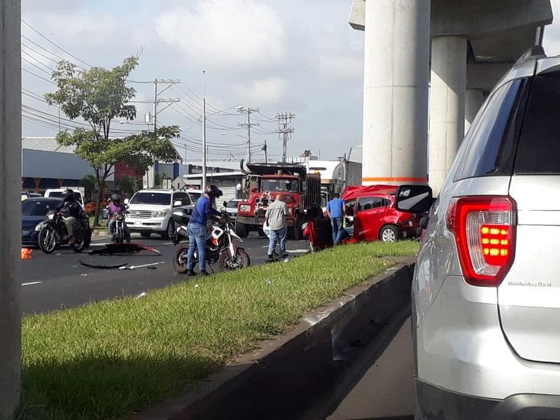 Balacera ocasiona fuerte accidente de tránsito en la Vía Domingo Díaz