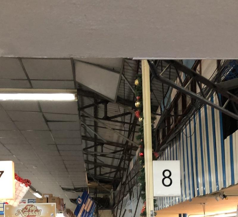 Tres lesionados por colapso de techo de un supermercado