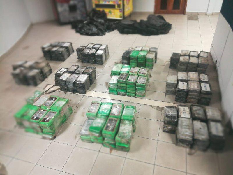 Hallan 400 paquetes de presunta droga dentro de un contenedor