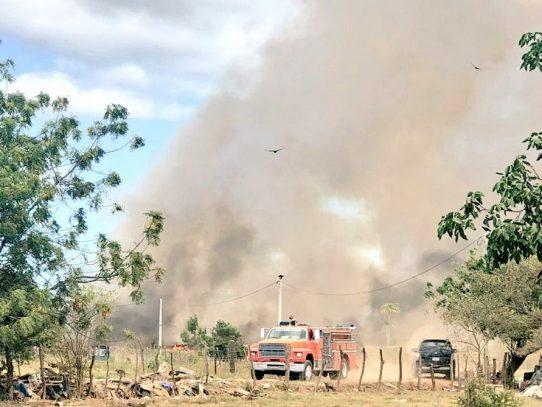 Herrera bajo el humo por incendio en el vertedero municipal