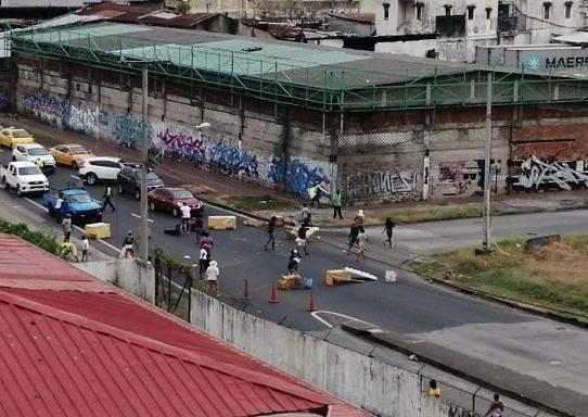 Policías se enfrentan a manifestantes en Curundú