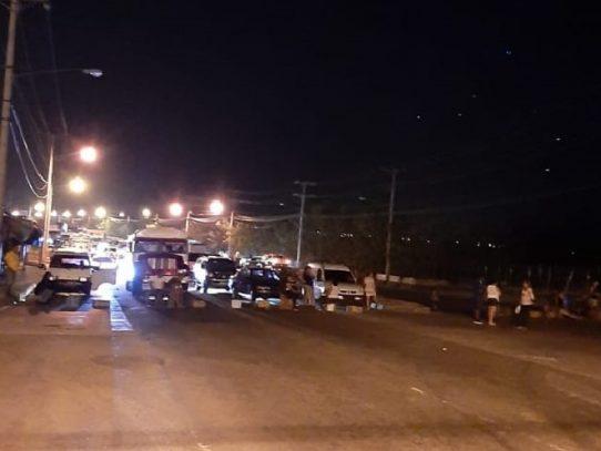 Continúa cierre de vía en Pacora, rechazan presencia de estudiantes panameños en observación
