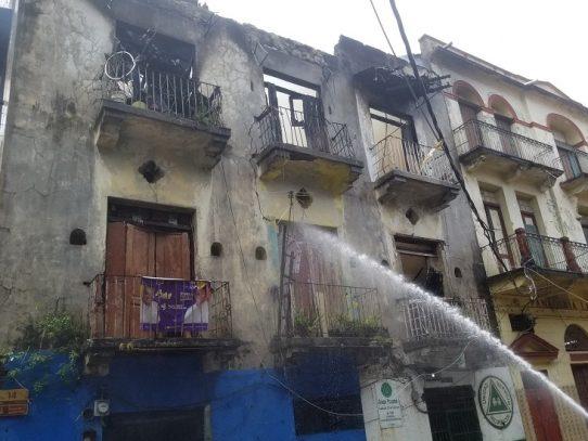 Bomberos logran extinguir el fuego en edificio en Santa Ana