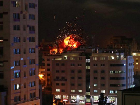 Israel bombardea Gaza tras el lanzamiento de globos incendiarios