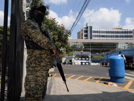 El Salvador: Bukele envía tropas al Congreso, para forzar discusión de préstamo millonario