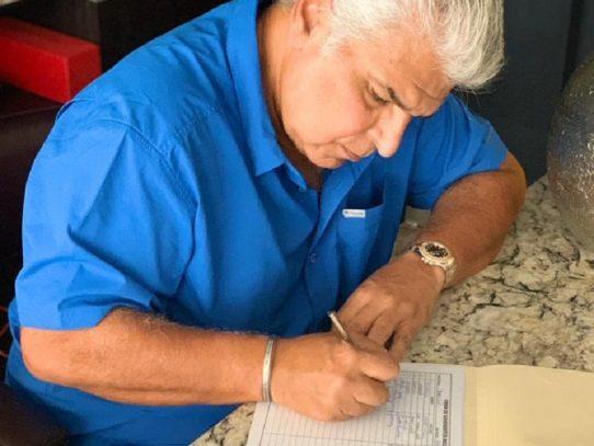 José Raúl Mulino firma para apoyar nuevo partido de Martinelli