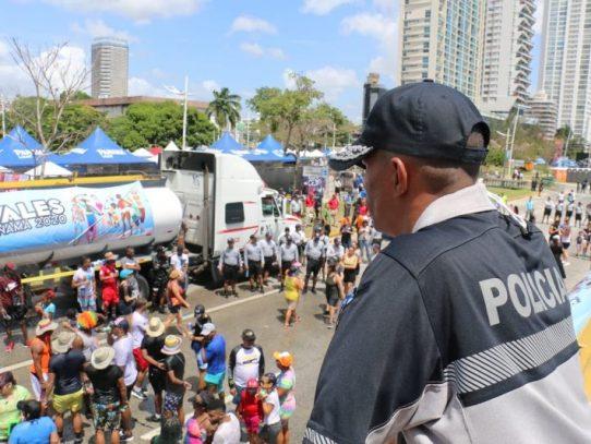Panameños y extranjeros disfrutan en el Carnaval capitalino
