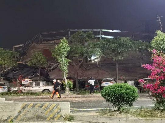 Un hotel se derrumba en ciudad china de Quanzhou, 70 personas bajo los escombros