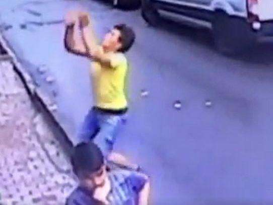 Vídeo de una niña atrapada al vuelo cuando caía de un edificio se hace viral