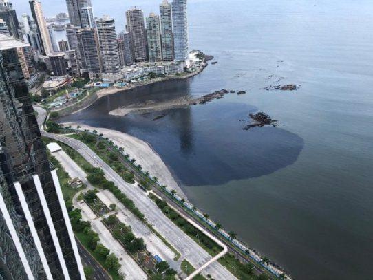 Investigan mancha negra que apareció en la Bahía de Panamá