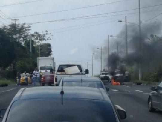 Reabren la Autopista Panamá Colón tras protestas por ayuda del gobierno