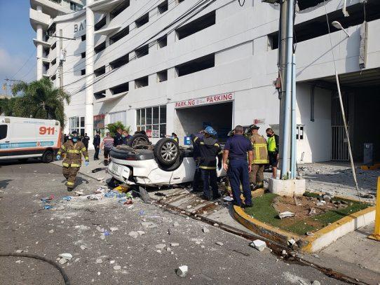 Vehículo cae al vacío desde estacionamiento de un edificio, hay una víctima fatal
