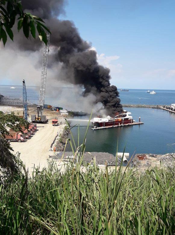 Se incendia embarcación frente a la calzada de Amador