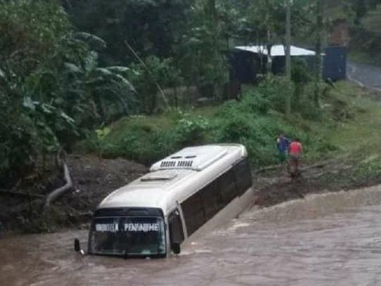 Corriente de un río arrastra un bus en Chiguirí, ocupantes salvan sus vidas