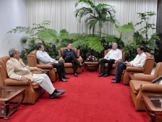 Díaz-Canel recibe en Cuba al perredista Pedro Miguel González