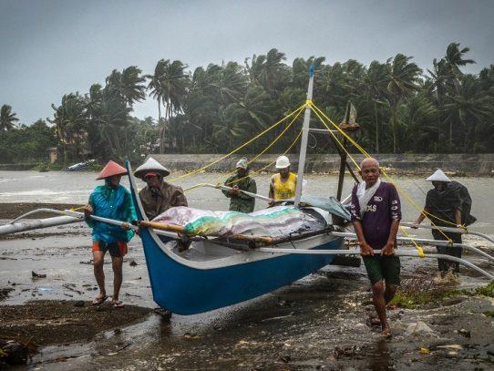 Un tifón azota Filipinas la víspera de Navidad