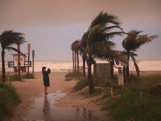 Huracán Isaías azota Bahamas y va rumbo a Florida, con cifras récord de coronavirus