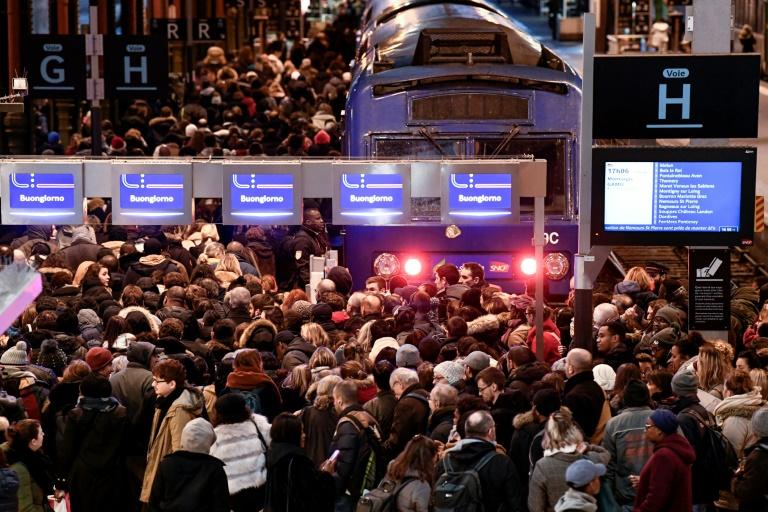 Prosigue la huelga en Francia y aumenta preocupación por transportes de cara a Navidad