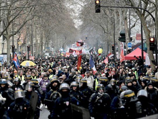 """Gobierno francés promete """"propuestas concretas"""" en nueva jornada de protestas por pensiones"""