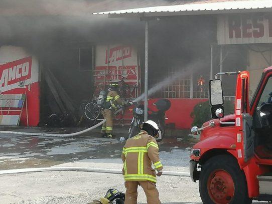 Ferretería y otros dos comercios se incendian en Gorgona