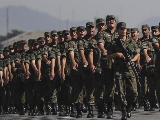 Bolsonaro alista tropas para combatir los incendios en la Amazonía