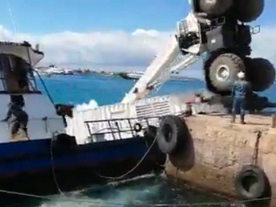 Ecuador declara emergencia en Galápagos por derrame de combustible al hundirse barcaza