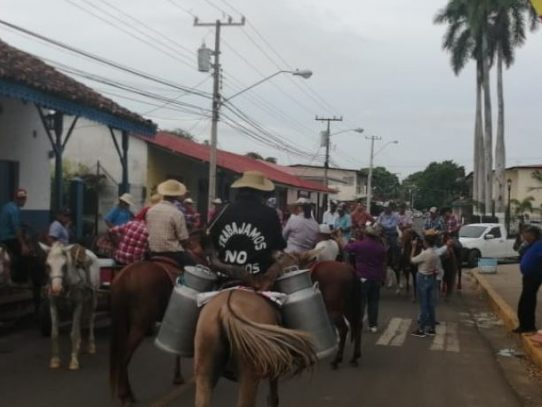 Ganaderos decepcionados de Varela y de Carles protestan en Azuero