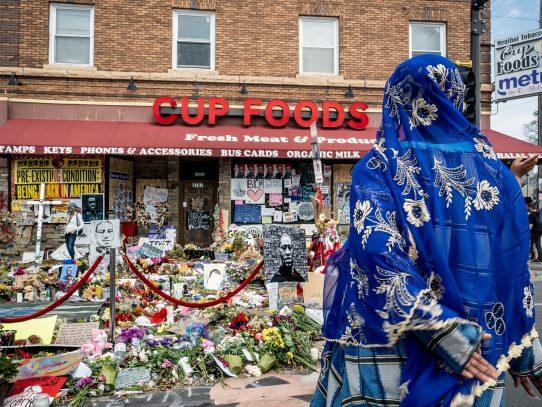El lugar donde George Floyd fue asesinado: solemne de día, violento de noche