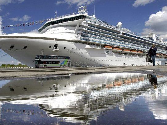 Crece ansiedad en crucero varado por coronavirus y Nueva York declara emergencia
