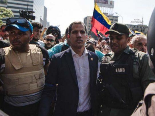 Guaidó llama a mantener protestas el miércoles tras alzamiento contra Maduro