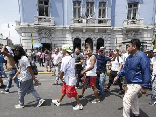 Bloqueos de calles y 40 detenidos por paro de taxis colectivos en Lima