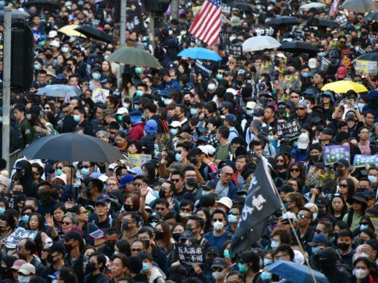 Una multitud en las calles de Hong Kong por seis meses de protestas