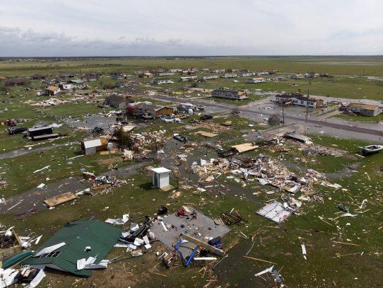 El huracán Laura deja un muerto, destrozos e inundaciones en Luisiana antes de debilitarse