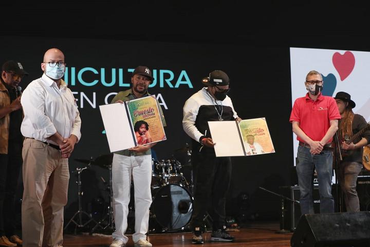 MiCultura hace un reconocimiento a la carrera musical de Renato y Apache Ness