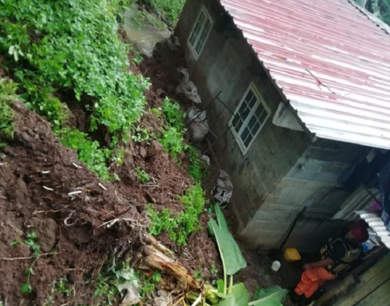Atienden deslizamiento y daños en casas de Tinajitas y Santa Marta