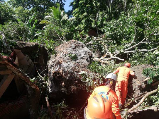 Atienden familias por deslizamiento de rocas en Panamá Norte