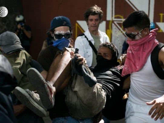 Una joven muere en violentos disturbios en nueva jornada de protestas en Caracas